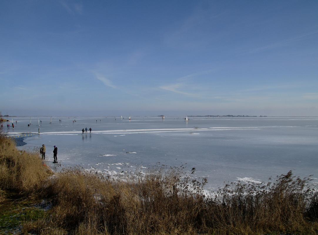 Nederland, Waterland Gouwzee 12 februari 2010Wintertaferelen in Waterland. Schaatsen en ijszeilen op de Gouwzee van Monnickendam naar MarkenFoto: Marijke Bresser/ Hollandse Hoogte