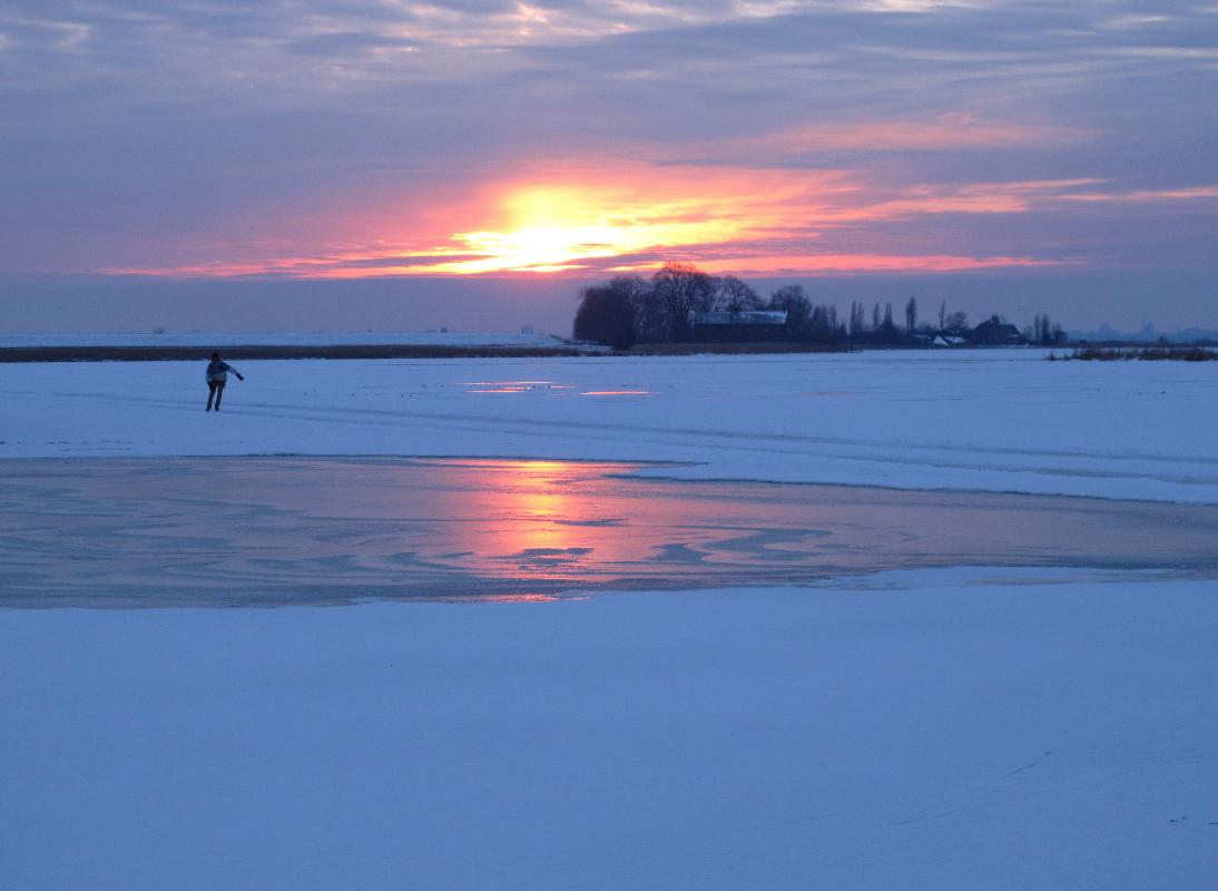Nederland,  Uitdam ,Waterland 5 februari 2012Schaatsen op het Uitdammer Die bij zonsondergangFoto: Marijke Bresser/ Hollandse Hoogte