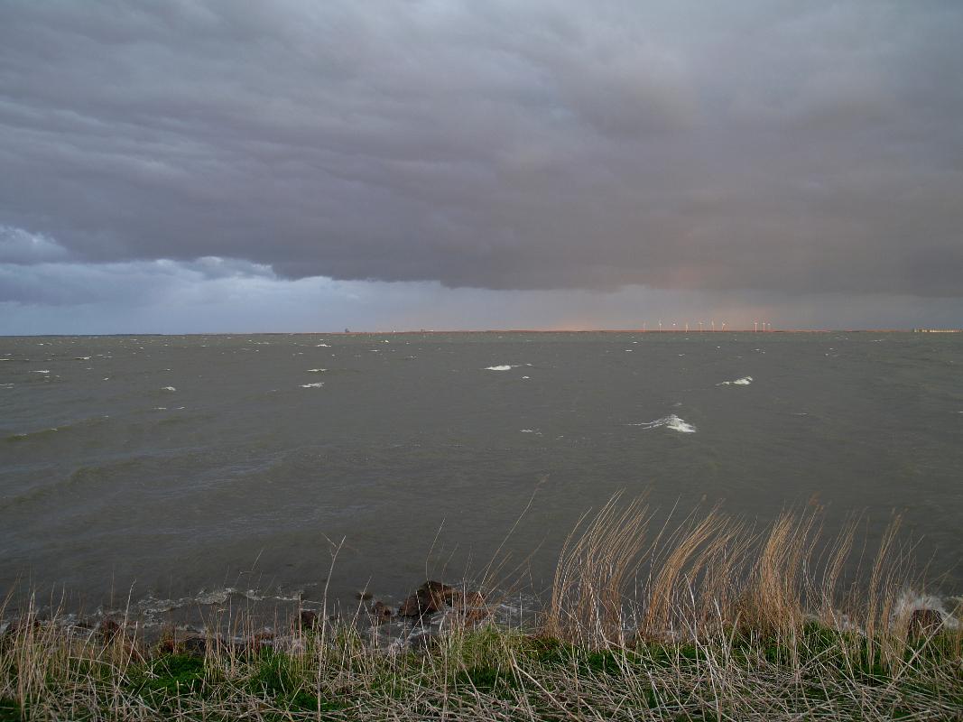 Nederland, Uitdam 22 mei 2009 Het IJsselmeer of IJmeer vanaf de Uitdammerdijk met Almere aan de horizon.Foto: Marijke Bresser/ Hollandse Hoogte
