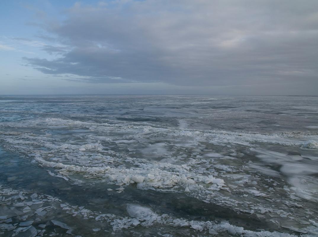 Nederland, bevroren IJsselmeer vanaf de vuurtoren van Marken1 januari 2011