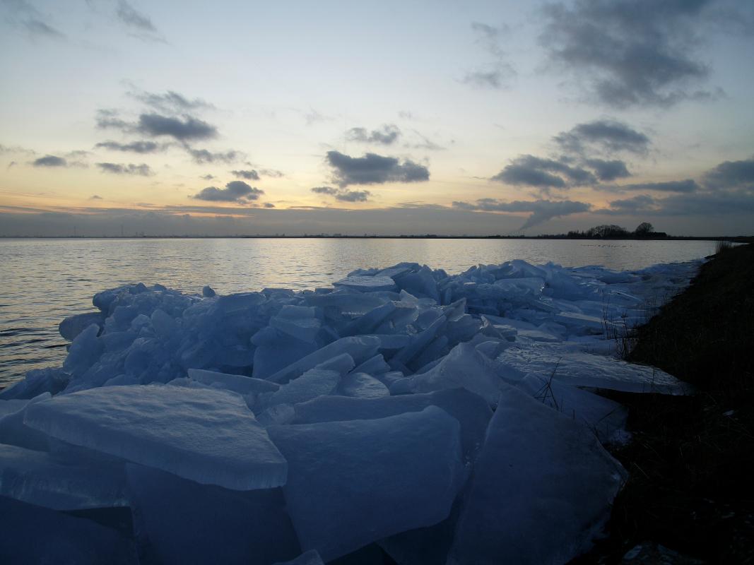 Nederland, Waterland 3 februari 2010Wintertaferelen in Waterland. IJsschotsen en kruiend ij aan de ijsselmeerdijk bij Uitdam.Foto: Marijke Bresser/ Hollandse Hoogte