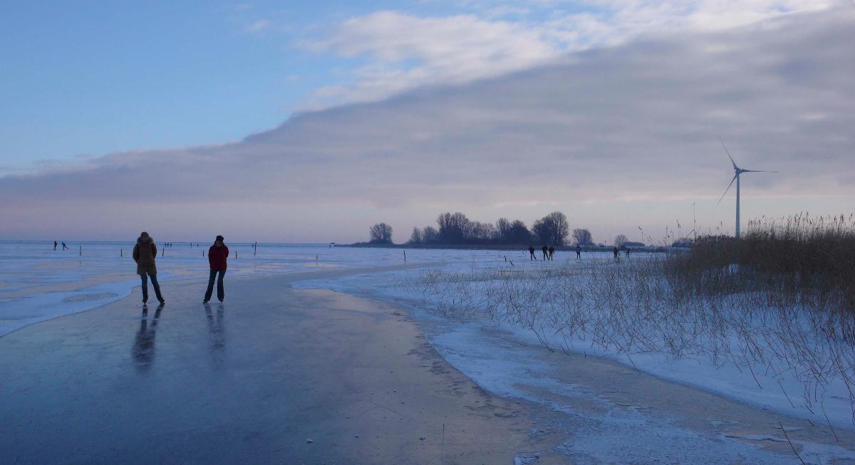 Nederland, Waterland, 24 januari 2013Schaatsen op de Gouwzee tussen Marken en MonickendamFoto: Marijke Bresser/ Hollandse Hoogte